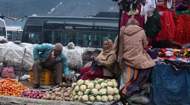 street fruit stall in manali, india