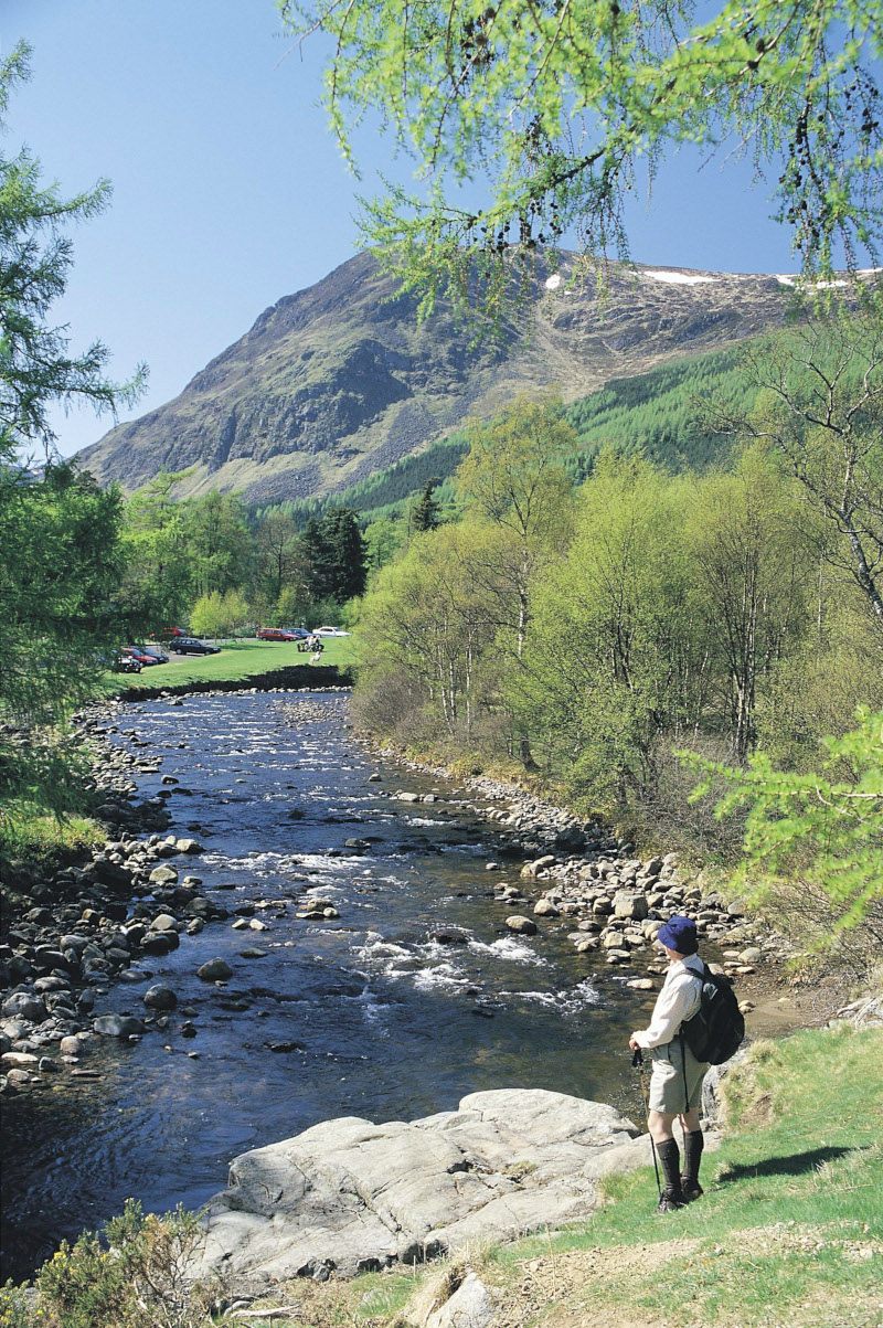 montagnes écossaises avec rivière et montagnes