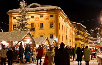 cortina christmas market on Corso Italia